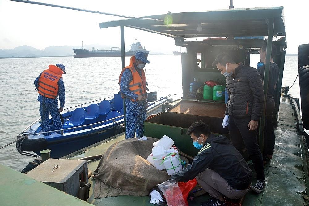 Lực lượng Cảnh sát biển kiểm tra tàu vi phạm.