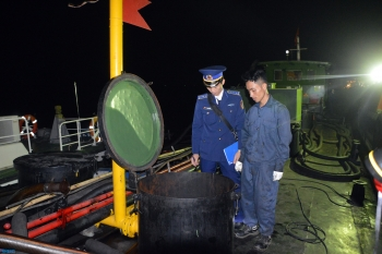 Cảnh sát biển tạm giữ tàu chở dầu vi phạm
