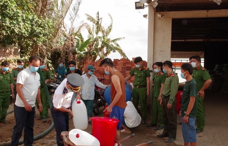 Cảnhsát biểnhỗ trợ nước ngọtvà tặng khẩu trang phòng dịch chonhân dân