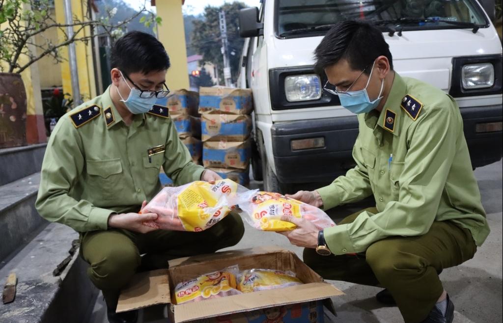 """""""Tóm gọn"""" 750 kg thực phẩm nhập lậu đang trên đường đi tiêu thụ"""