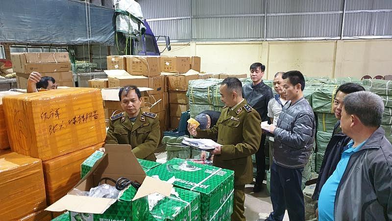 Lực lượng chức năng đang kiểm tra kho hàng của hộ kinh doanh Lộc Thúy Hạnh. Ảnh: QLTT LS