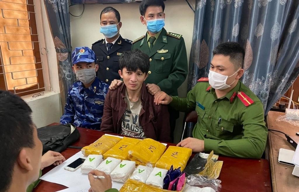 Hà Tĩnh: Tóm gọn đối tượng vận chuyển 30.000 viên hồng phiến