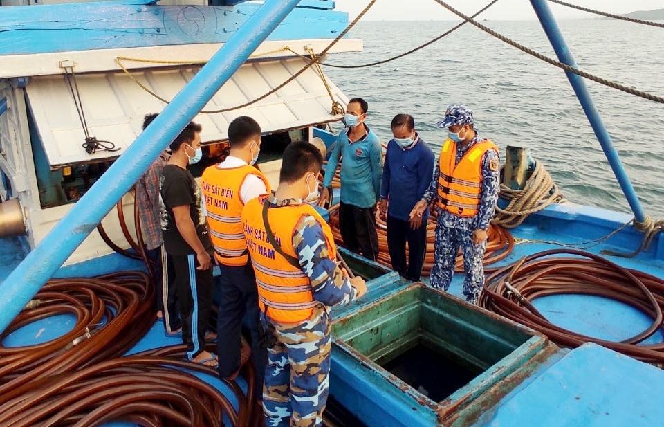 Cảnh sát biển tạm giữ tàu cá hoán cải chở 100 nghìn lít dầu DO không rõ nguồn gốc