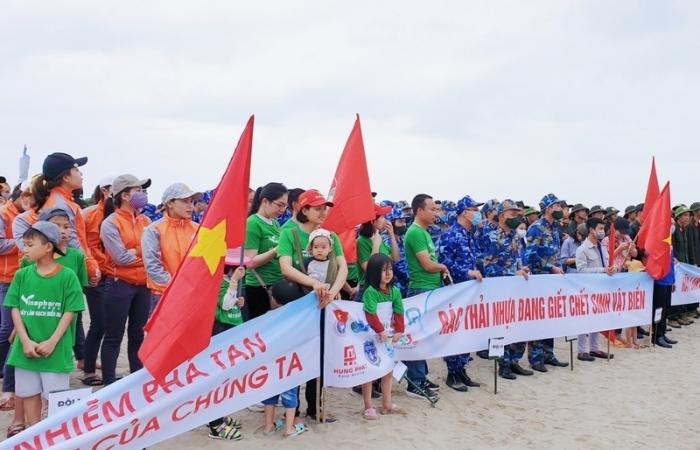 """Cảnh sát biển tham gia chiến dịch """"Nhặt rác làm sạch biển"""" tại Nghệ An"""