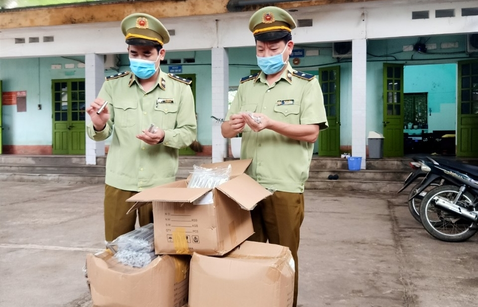 Tạm giữ 4.000 sản phẩm thuốc lá điện tử không nhãn hàng hóa, không vỏ hộp