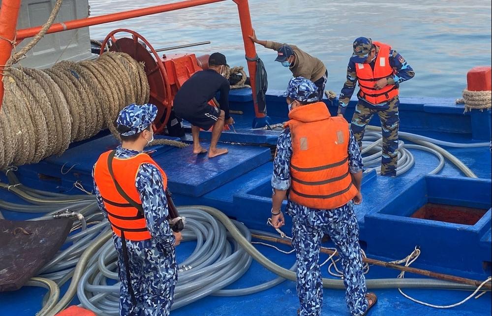 Cảnh sát biển bắt giữ tàu chở dầu 90.000 lít dầu DO trái phép