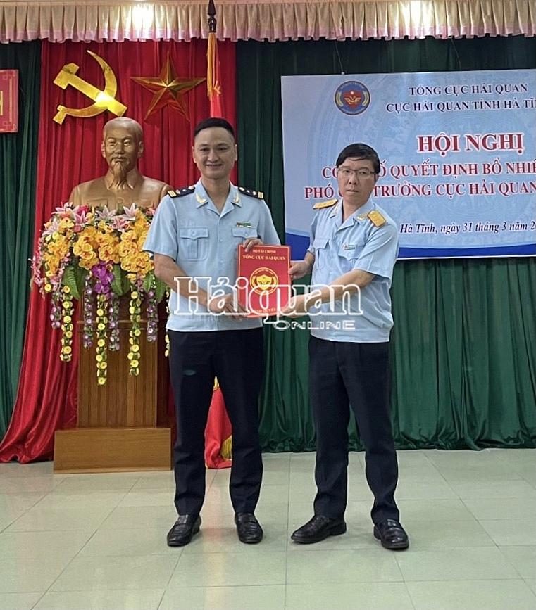 Phó Tổng cục trưởng Lưu Mạnh Tưởng trao Quyết định và tặng hoa chúc mừng tân Phó Cục trưởng Cục Hải quan Hà Tĩnh Phạm Tiến Thành. Ảnh: Văn Hào
