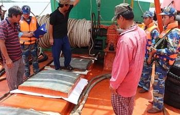 Cảnh sát biển tạm giữ tàu vận chuyển 100.000 lít dầu DO trái phép