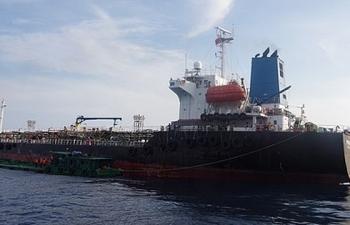 Bắt tàu san chiết trái phép số lượng lớn xăng A92 trên biển
