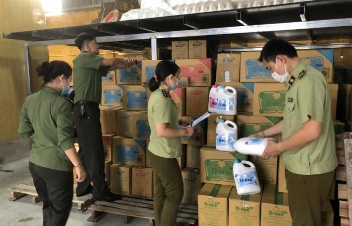 Bắt quả tang cơ sở sản xuất số lượng lớn chất tẩy rửa giả thương hiệu của Thái Lan