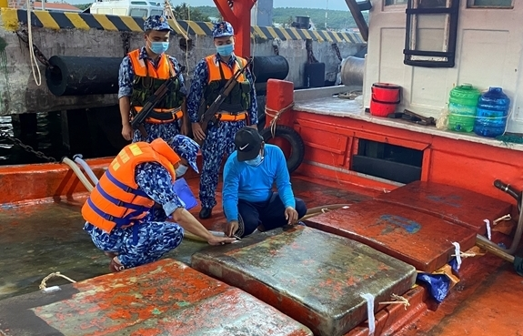 Cảnh sát biển bắt giữ tàu chở dầu trái phép trên biển