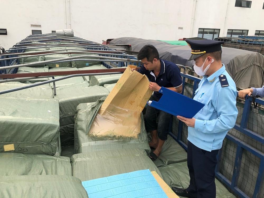 Công chức Hải quan Hữu Nghị kiểm soát, giám sát chặt hàng hóa NK. Ảnh: H.Nụ