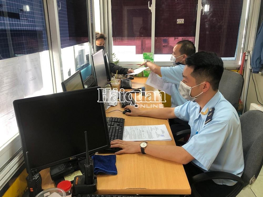 Công chức Hải quan Hữu Nghị (Lạng Sơn) tiếp nhận hồ sơ, hướng dẫn DN làm thủ tục hải quan. Ảnh: H.Nụ