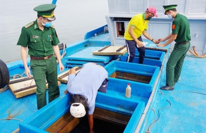 Biên phòng bắt tàu vận chuyển 80.000 lít dầu DO không rõ nguồn gốc