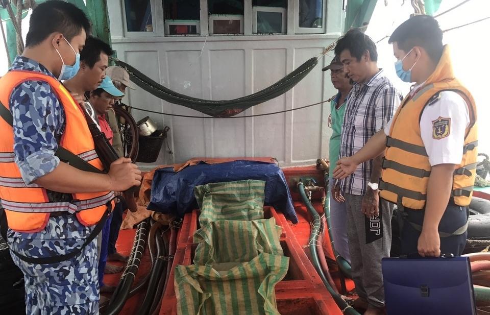 Cảnh sát biển bắt giữ tàu chở 100.000 lít dầu DO không có hóa đơn chứng từ