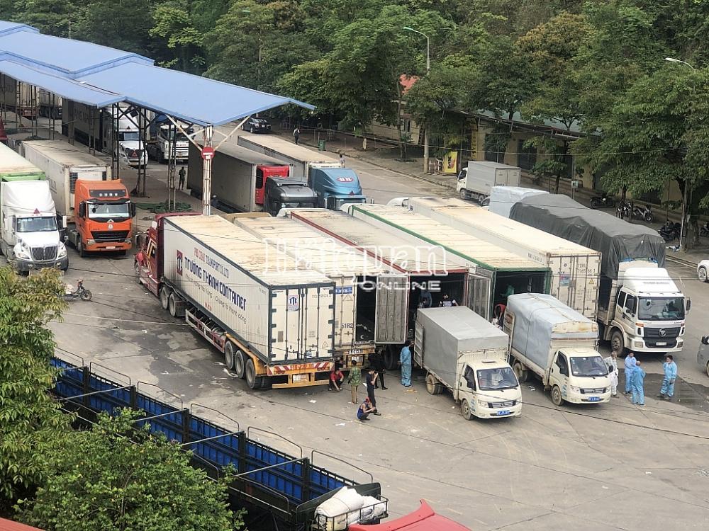 Hoạt động bốc xếp hàng hoá tại cửa khẩu Cốc Nam. Ảnh: H.Nụ