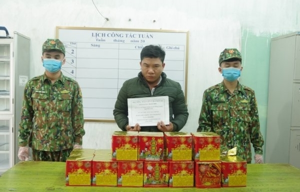 Hải quan Tân Thanh phối hợp bắt đối tượng cất giấu 25 kg pháo trong cabin