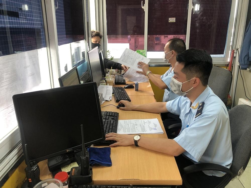 Hải quan Lạng Sơn hỗ trợ tiếp nhận và giải quyết thủ tục hành chính ngoài giờ hành chính cho DN. Ảnh: H.Nụ