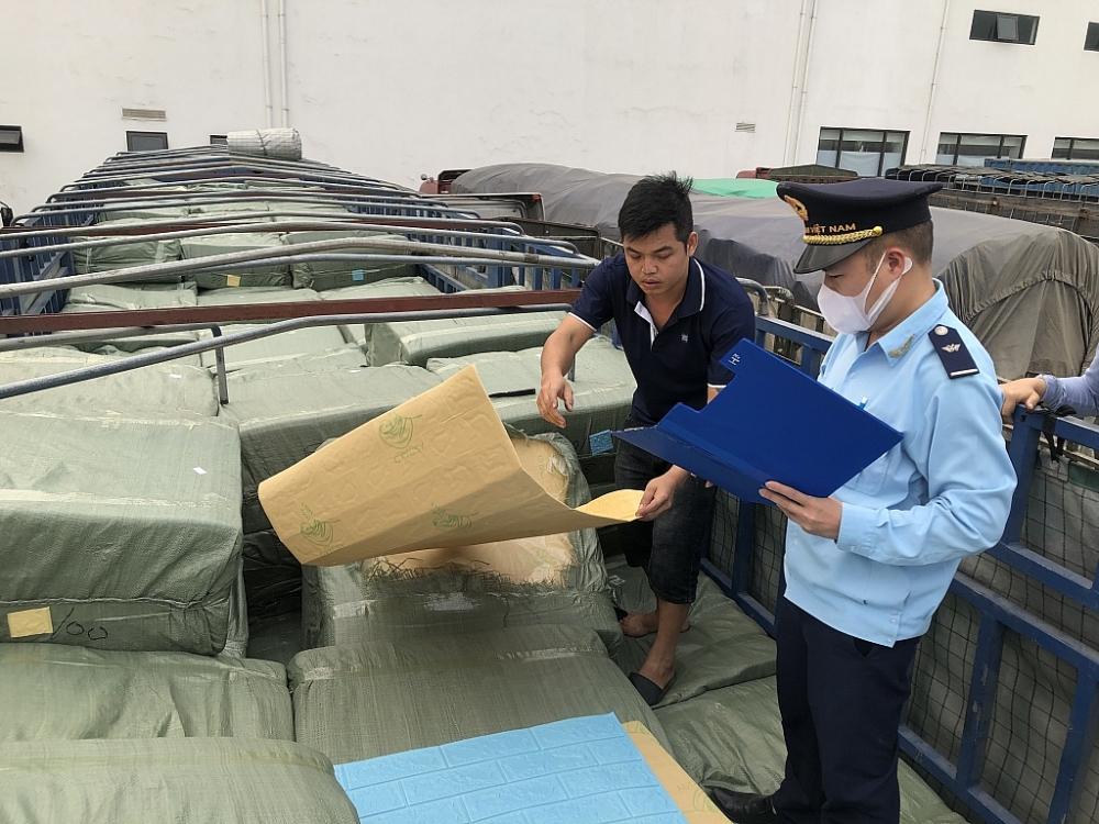 Công chức Hải quan Lạng Sơn kiểm tra, giám sát, thông quan nhanh hàng hóa cho DN. Ảnh: H.Nụ