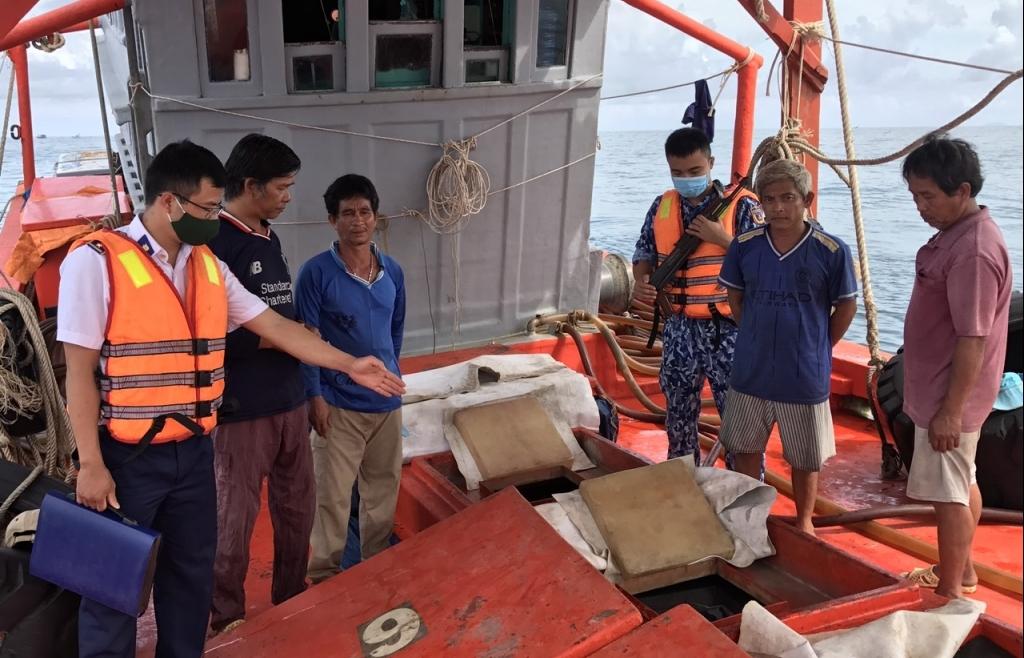 Cảnh sát biển bắt tàu vận chuyển 70.000 lít dầu trái phép trên biển