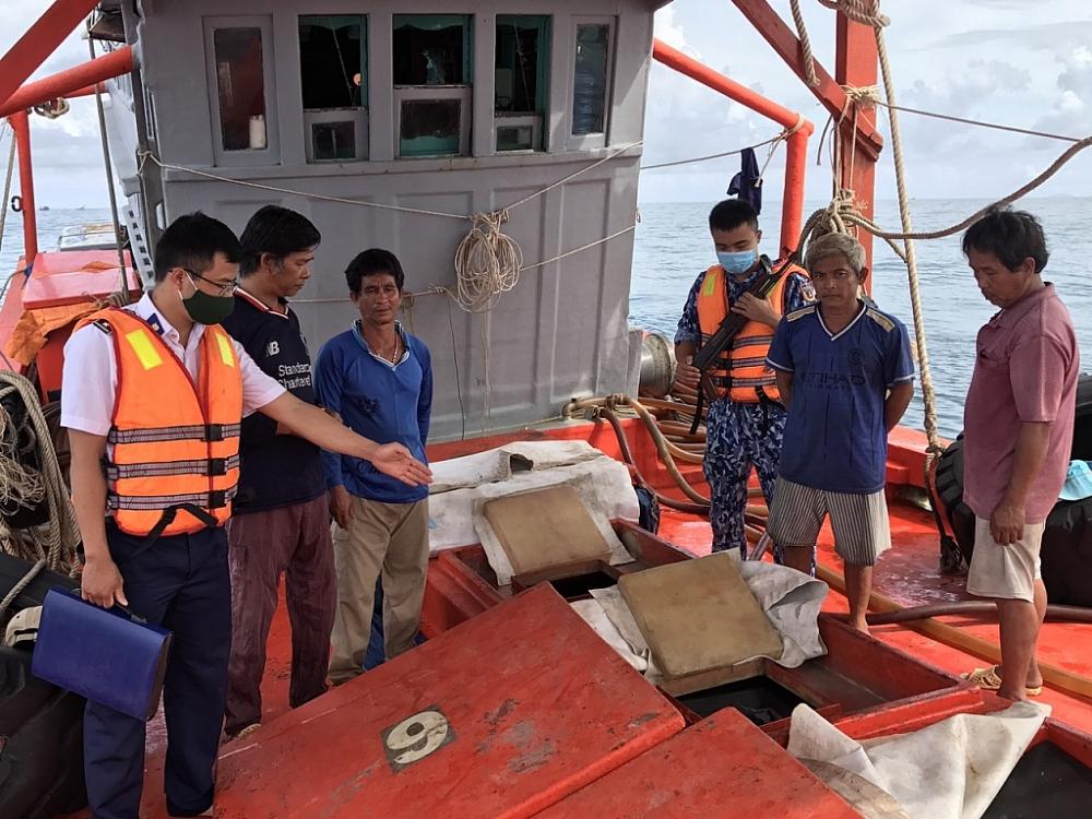 Lực lượng Cảnh sát biển kiểm tra tàu vi phạm. Ảnh: Thanh Hải