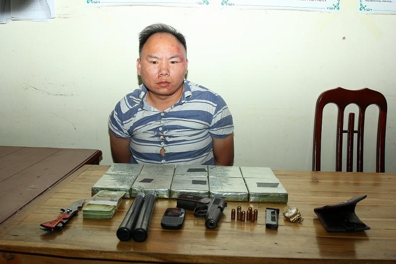 bat doi tuong van chuyen 10 banh heroin1 khau sung quan dung k59 8 vien dan