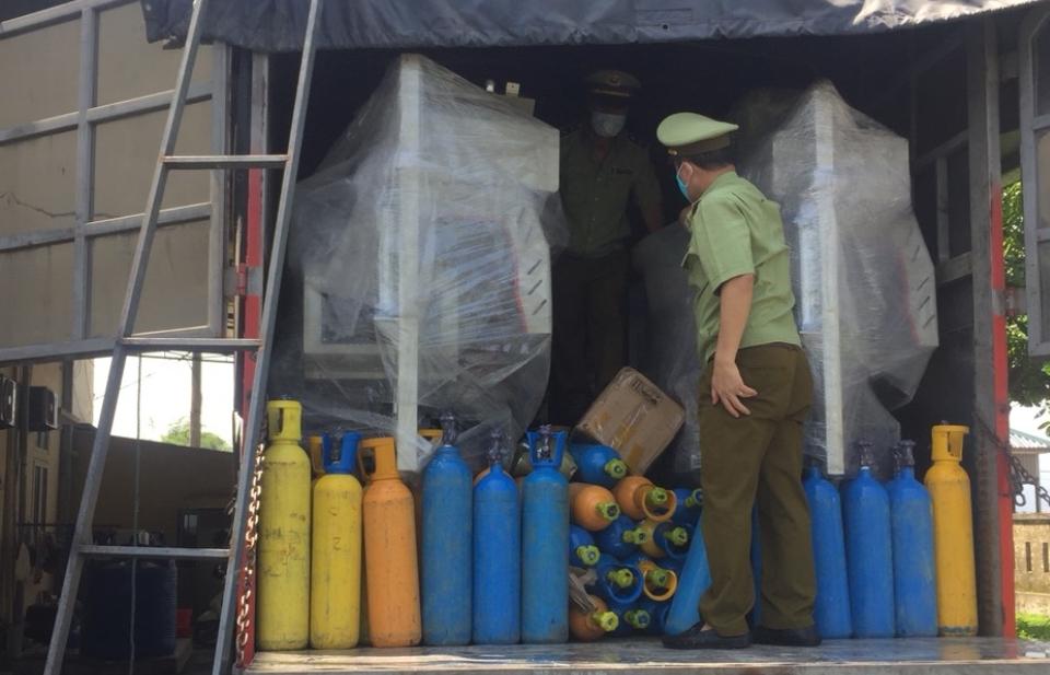 Hà Tĩnh bắt giữ xe tải vận chuyển số lượng lớn khí cười không rõ nguồn gốc xuất xứ
