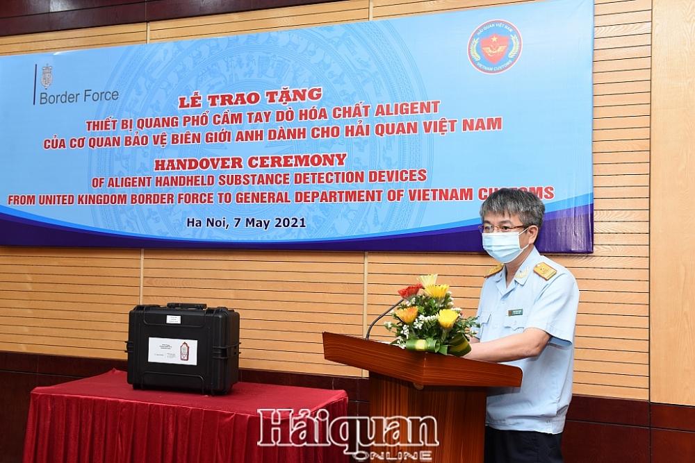 Hải quan Việt Nam tiếp nhận thiết bị quang phổ cầm tay dò hóa chất do Cơ quan Bảo vệ biên giới Anh hỗ trợ