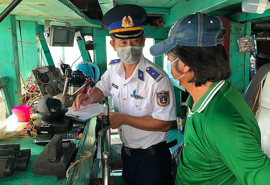Lực lượng Cảnh sát biển lấy lời khai của thuyền trưởng tàu.