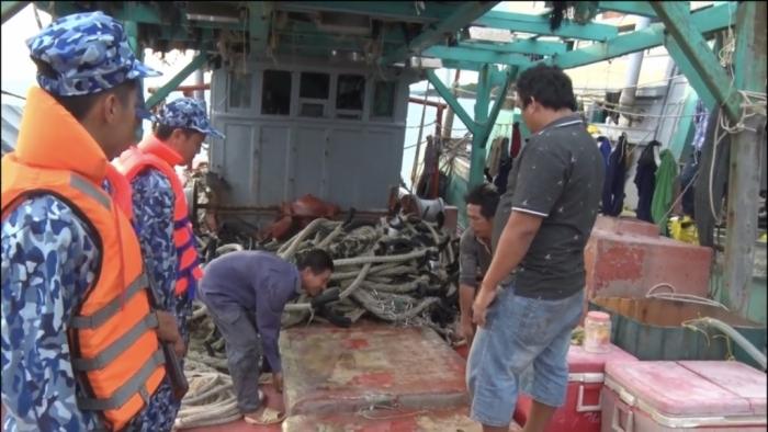 Cảnh sát biển bắt tàu mua bán, vận chuyển 25.000 lít dầu DO trái phép