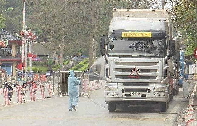 Lực lượng chức năng tỉnh Lạng Sơn tổ chức phun khử khuẩn các phương tiện vận chuyển hàng hóa XNK.