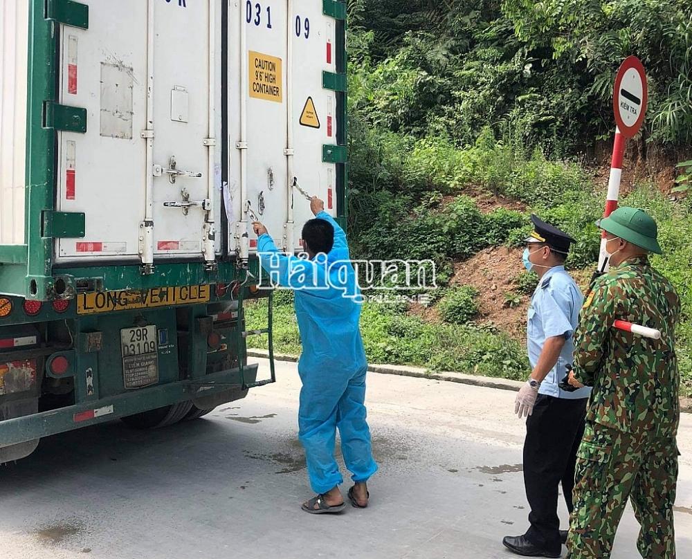 Công chức Hải quan Tân Thanh phối hợp kiểm tra phương tiện vận tải. Ảnh: Hải Âu