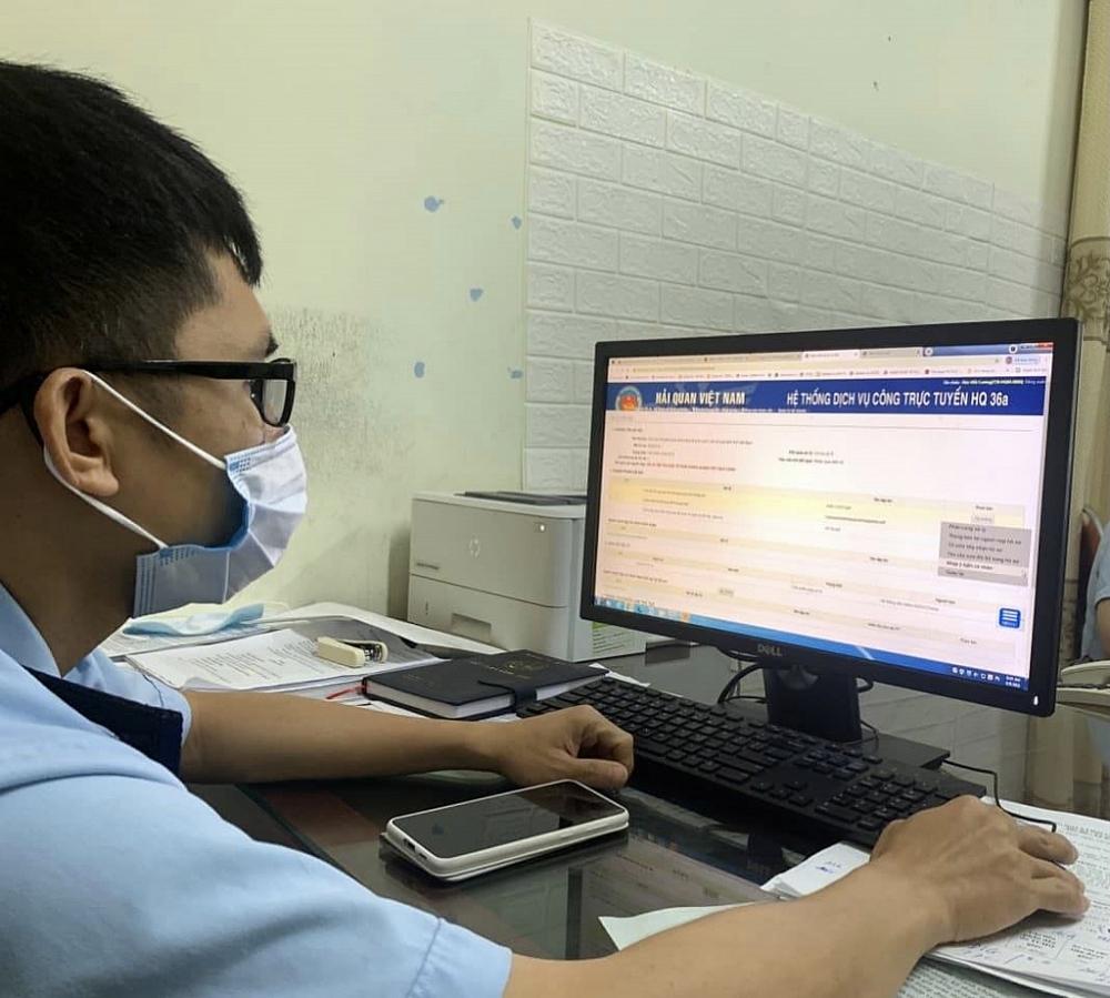 Hải quan Hà Tĩnh bố trí cán bộ làm việc trực tuyến. Ảnh: Khánh Chi