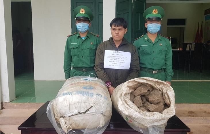 Biên phòng bắt đối tượng vận chuyển 100 kg thuốc bom đi tiêu thụ