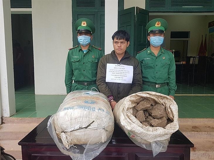 Đối tượng (đứng giữa) cùng tang vật khi bị bắt giữ. Ảnh: BĐBP