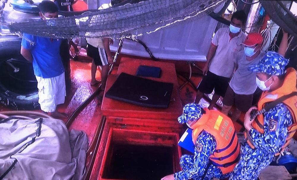 Lực lượng Cảnh sát biển kiểm tra tàu KG-95823-TS. Ảnh: Văn Quốc
