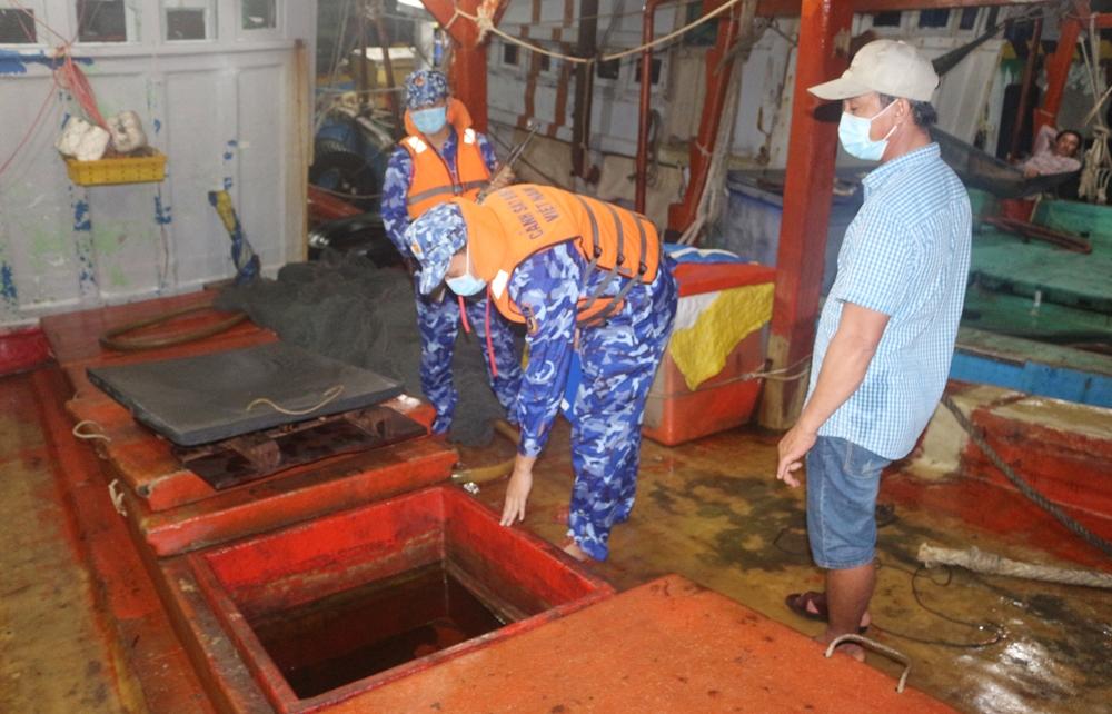 Cảnh sát biển bắt giữ tàu vận chuyển 50.000 lít dầu DO không rõ nguồn gốc
