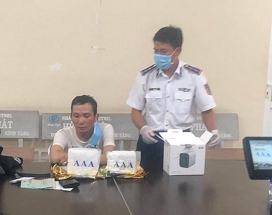 Một trong 4 đối tượng (ngồi) bị bắt giữ.