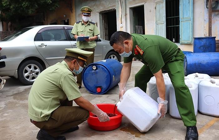 Lạng Sơn: Kịp thời phát hiện 1.500 lít mỡ gà bẩn không rõ nguồn gốc