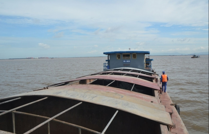 Cảnh sát biển bắt giữ tàu vận chuyển hơn 400 tấn than bất hợp pháp