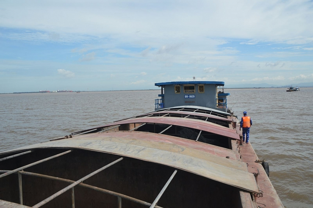 Lực lượng Cảnh sát biển kiểm tra tàu vi phạm. Ảnh: Mạnh Thường