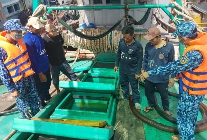 Cảnhsát biển bắt giữ tàu vận chuyển 90.000 lít dầuDO trái phép