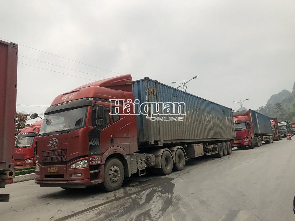 Phương tiện vận chuyển hàng hóa XNK ra vào cửa khẩu quốc tế Hữu Nghị. Ảnh: H.Nụ