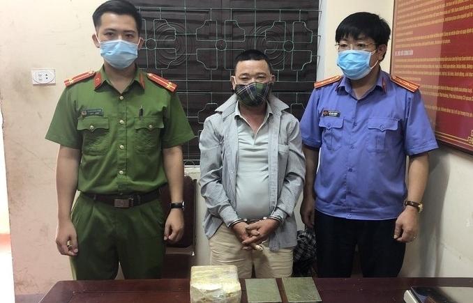Nghệ An: Tóm gọn đối tượng mang 1 kg ma túy và 2 bánh heroin đi tiêu thụ