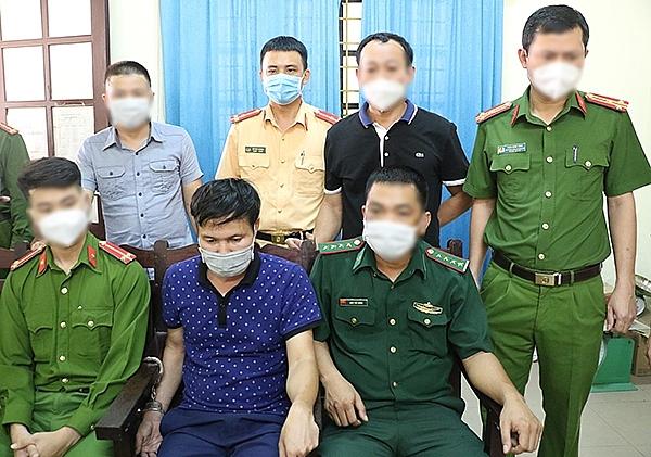 Đối tượng Tài (áp tím ngồi giữa) khi bị bắt giữ. Ảnh: CA TP Vinh