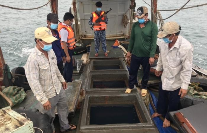 Cảnh sát biển bắt giữ tàu vận chuyển 50.000 lít dầu DO trái phép