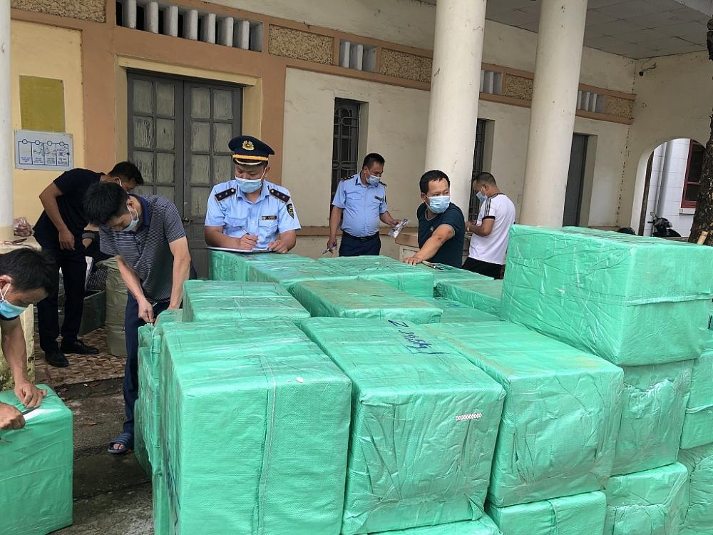 Lực lượng Quản lý thị trường Lạng Sơn đang kiểm tra lô hàng vi phạm. Ảnh: QLTT LS