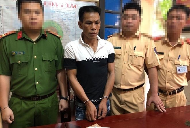 cong an nghe an bat doi tuong van chuyen 1 banh heroin bang xe khach