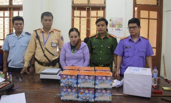 Hải quan Nghệ An bắt đối tượng vận chuyển 2 kg thuốc phiện và 30 kg pháo