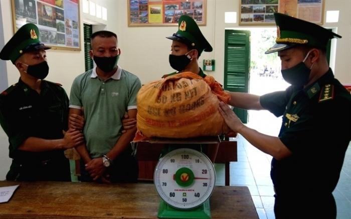 Hà Tĩnh: Bắt đối tượng lợi dụng dịch Covid-19 mang 25 kg thuốc nổ đi tiêu thụ